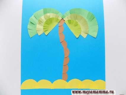 Аппликация с пальмой. Оформление желтыми полукругами аппликации
