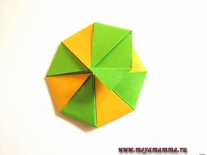 Добавляем поочередно все разноцветные элементы, соединяя клеем.