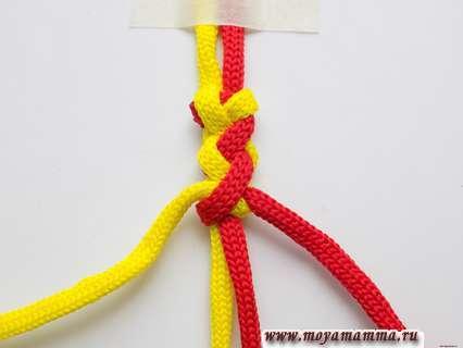 Браслет из двух шнуров. Затягиваем узелок.