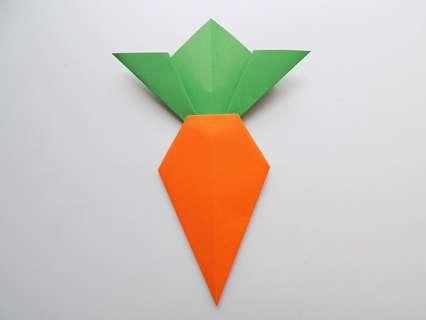 Аппликация морковки. Приклеиваем зеленый «хвостик» к морковке.