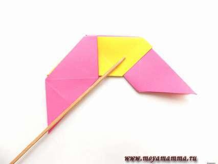 Оригами трансформер. Загибаем внутрь уголки желтого модуля.
