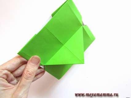 Рамка для фото оригами. На задней стороне фиксируем положение уголка, который будет подставкой.