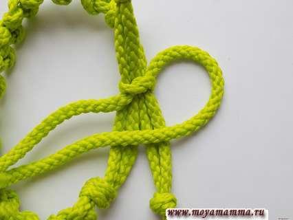 Для первого из узелков правый кончик шнура перекидываем в левую сторону.
