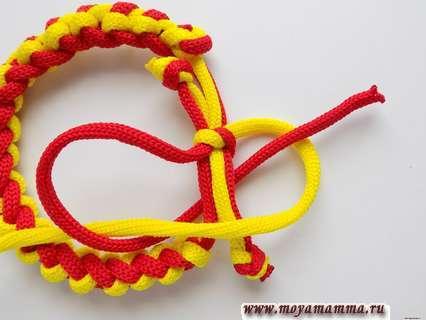 Красный конец шнура проводим снизу и пропускаем через желтую петлю.