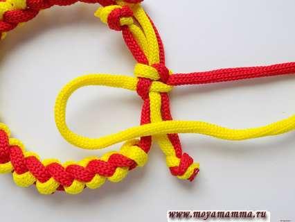 Желтый шнур в виде петли.