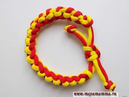Браслет из двух шнуров. Кончики шнура обрезаем и оплавляем с помощью зажигалки.