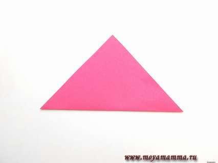 Намечаем диагональный сгиб, складываем квадрат в виде треугольника.