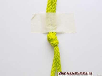 Использование скотча при плетении браслета