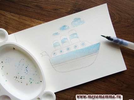 Наносим кистью легкий голубой тон на облачки, окошки и некоторые основные участки корабля.