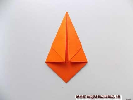 Загнуть боковые стороны в виде треугольников.