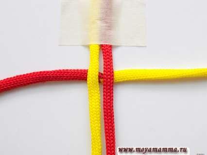 Двухцветный шнур подводим под основной заготовкой.
