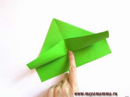 Подгибаем нижнюю часть до основания треугольника.