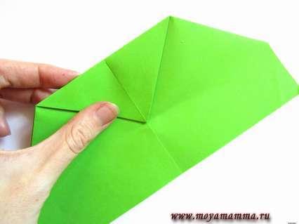 К полученной пометке сгибаем верхний треугольник.