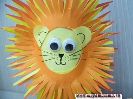 Лев из втулки и цветной бумаги