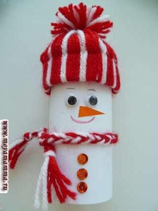 Снеговик из втулки. Приклеивание носа - морковки