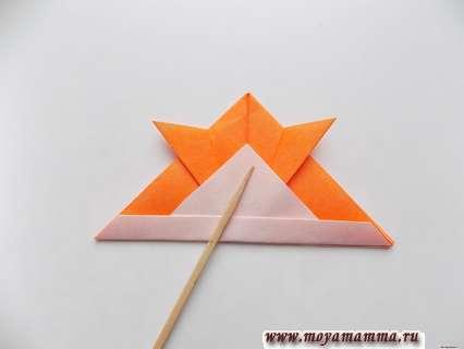 Рыбка оригами из бумаги. Отгибание треугольника на обратную сторону.