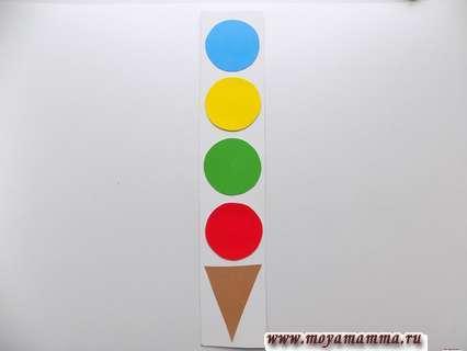 Карточка с разноцветными кружками.