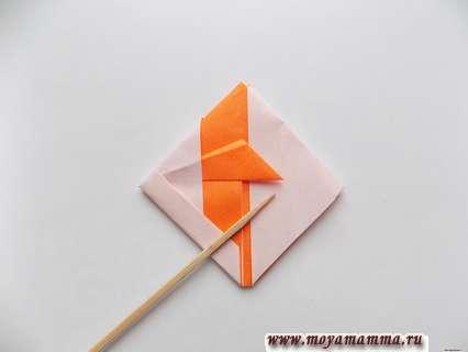 Рыбка оригами из бумаги. Расправление заготовки и складывание.