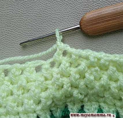 Вязание узора салатовой пряжей.