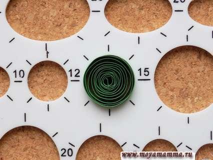 Скручиваем ролл и помещаем его в шаблон диаметром 15 мм.