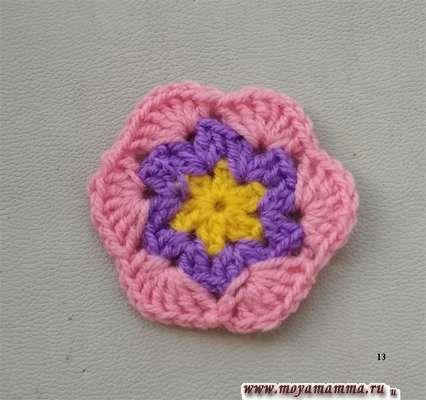 Вязание розовой нитью.