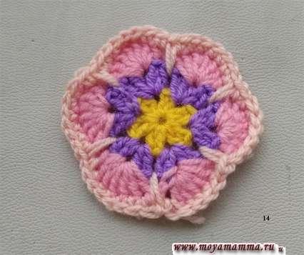 Вязание нитью бежевого цвета.
