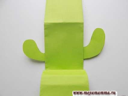 Оригами подставка для телефона. Приклеивание кактуса к основе.