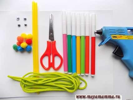 Шнур, фломастеры, помпоны, коктельные трубочки и другие материалы для создания игры шнуровки.