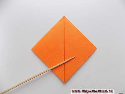 Боковые уголки этого двойного треугольника загибаем к вершине.