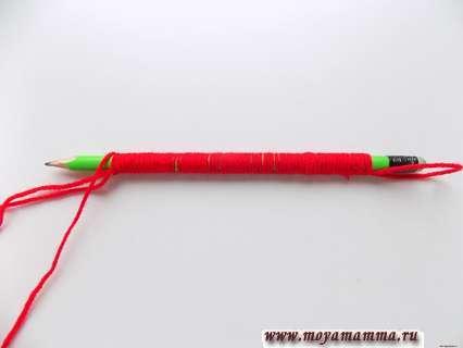 Обмотанный нитками карандаш.