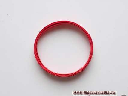 Кольцо из трех красных полосок.