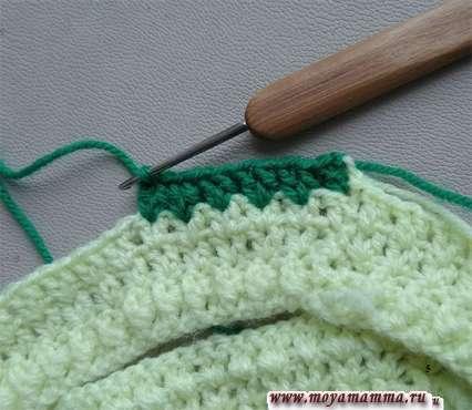 Вязание темно-зеленой пряжей.