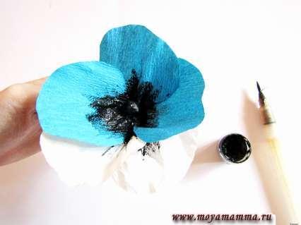 Анютины глазки из бумаги. Наносим черную гуашь на сердцевину цветка и немного распределяем на основание каждого лепестка.