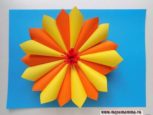 Аппликация осенний цветок. Приклеивание серединки цветка
