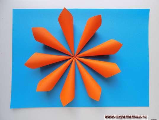 Аппликация осенний цветок. Приклеивание оранжевых заготовок