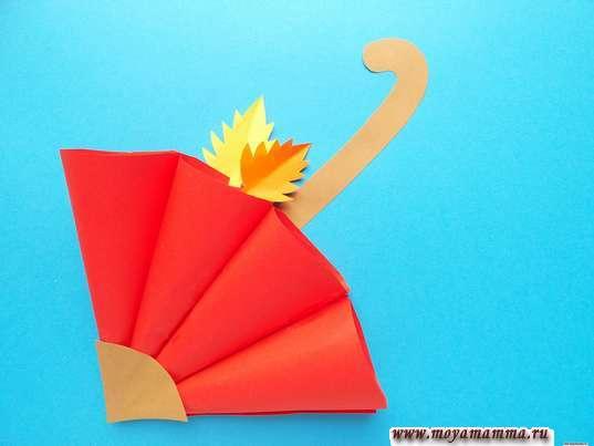 Аппликация осенний зонтик. Приклеивание листочков