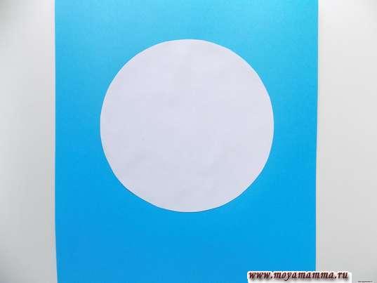 Белй круг на голубом фоне