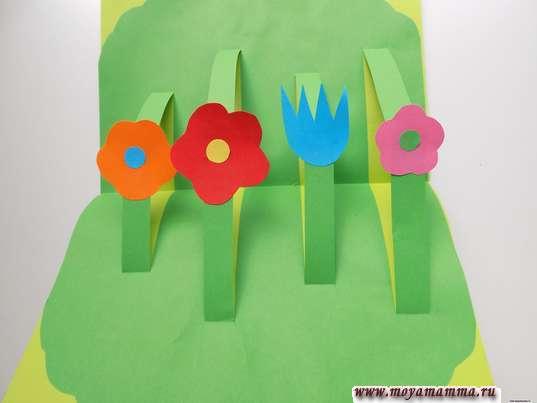 Приклеивание цветочков на загнутые внутрь полоски