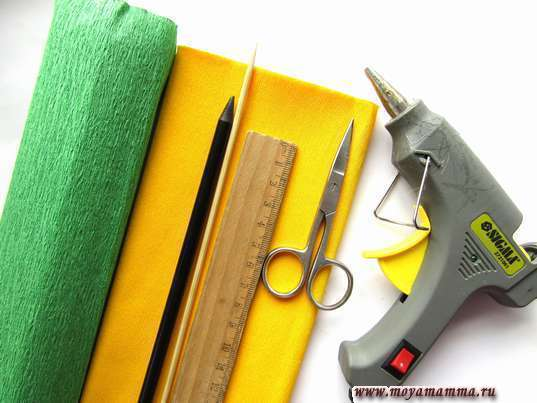 Гофрированная бумага, термопистолет, ножницы и другие материалы