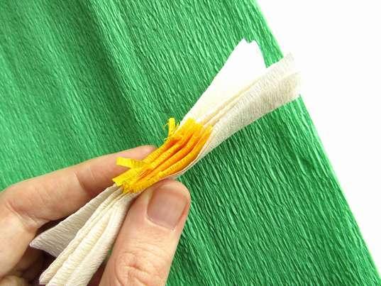Ромашка из гофрированной бумаги. Сгибание заготовок