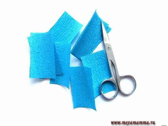 Прямоугольники 3 х 5 см из синей гофрированной бумаги