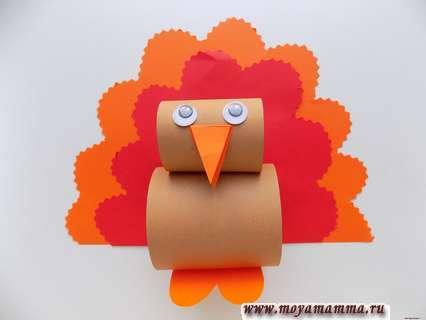 Птичка из цветной бумаги. Вырезание и приклеивание оранжевого хвоста.