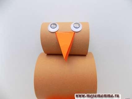 Птичка из цветной бумаги. Приклеивание декоративных глазок