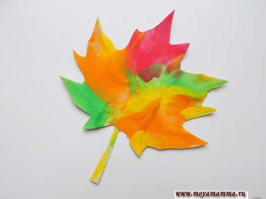 Аппликация Листья из пластилина. Размазывание пластилина разных цветов по поверхности листика