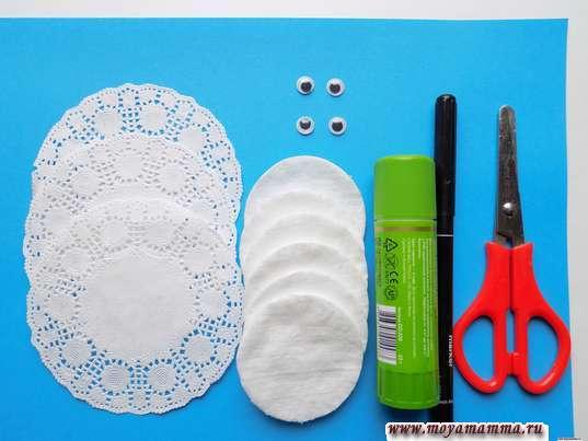 Ватные диски, ажурные салфетки, клей, пластмассовые глазки, клей, фломастер, ножницы