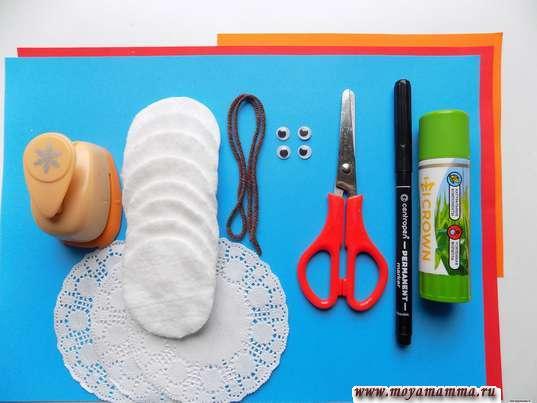 Ватные диски, ажурные салфетки, ножницы, фломастер,клей, пластмассовые глазки