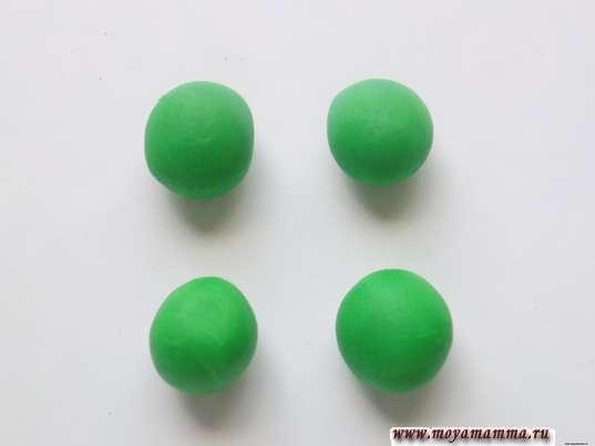 Лапки выполним из четырех шариков зеленого пластилина