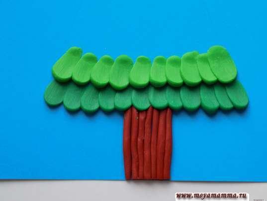 Елка из пластилина. Ряд из светло-зеленых шариков