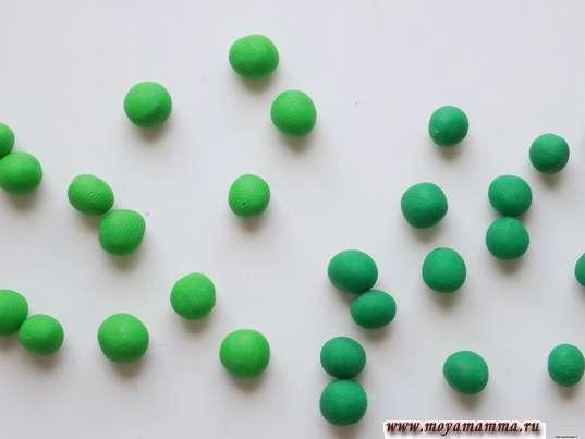 Елка из пластилина. Зеленые шарики