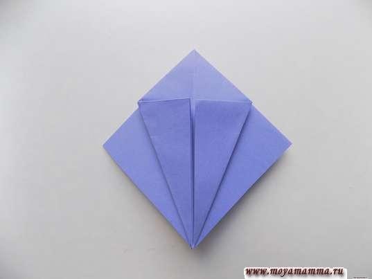 Ирис оригами. Загибание боковых сторон к середине